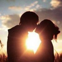 情侣看夕阳