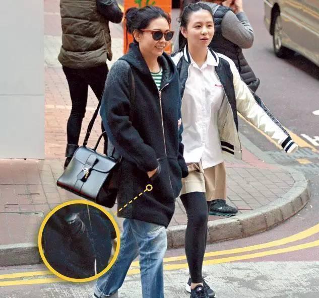 邱淑贞和女儿逛街照片